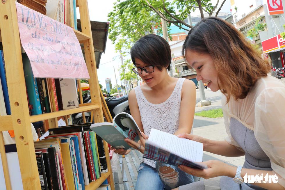 Uống cà phê trả bằng sách tại Sài Gòn - Ảnh 1.