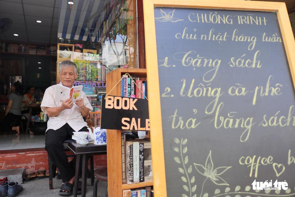 Uống cà phê trả bằng sách tại Sài Gòn - Ảnh 2.