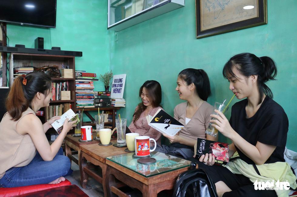 Uống cà phê trả bằng sách tại Sài Gòn - Ảnh 3.