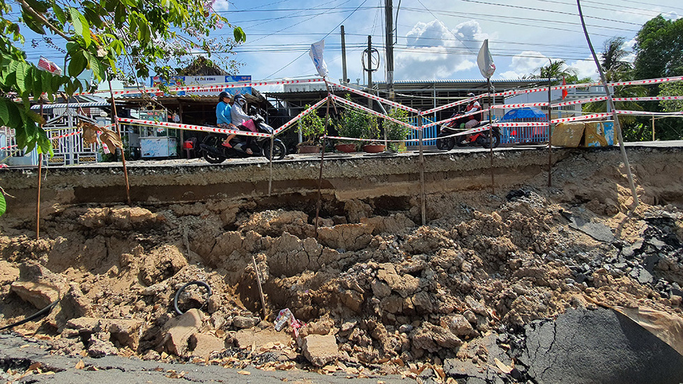 Tan nát những tuyến đường vùng ngọt hóa Cà Mau - Ảnh 1.