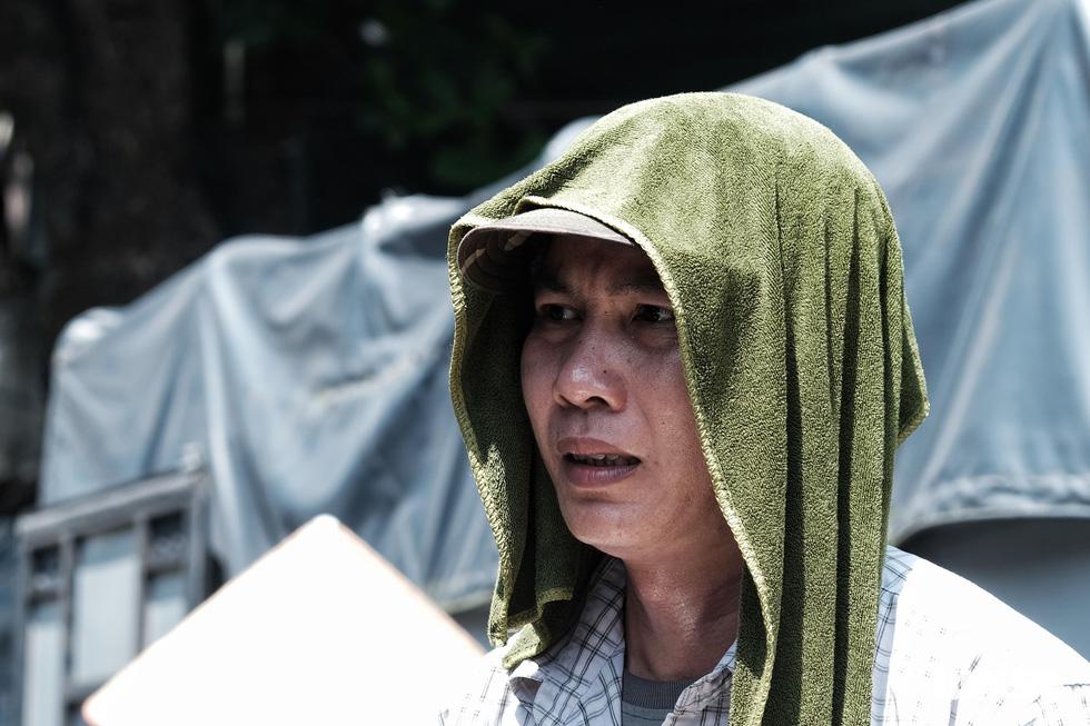 Người Hà Nội nhọc nhằn mưu sinh giữa nắng trên đầu đổ xuống, nóng từ mặt đường bốc lên - Ảnh 2.