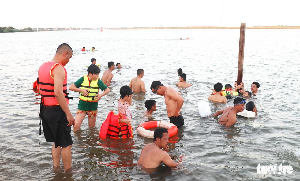 Cụ ông, cụ bà mang phao ra sông Lam bơi 'giải nhiệt' - Ảnh 10.