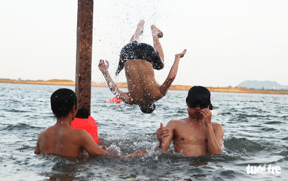 Cụ ông, cụ bà mang phao ra sông Lam bơi 'giải nhiệt' - Ảnh 7.