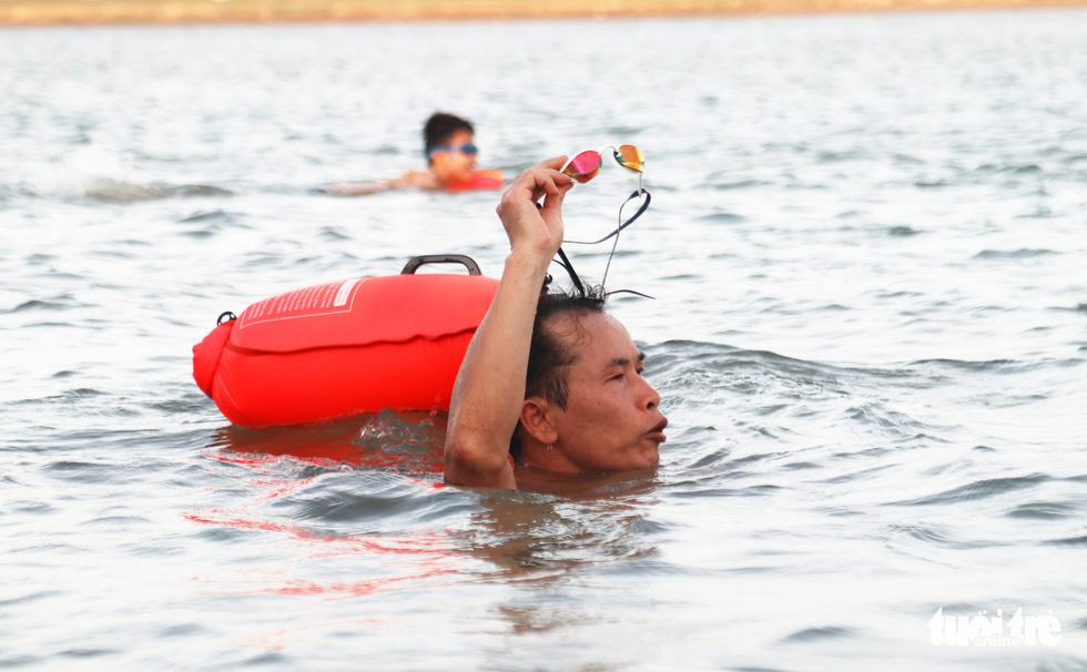 Cụ ông, cụ bà mang phao ra sông Lam bơi 'giải nhiệt' - Ảnh 9.
