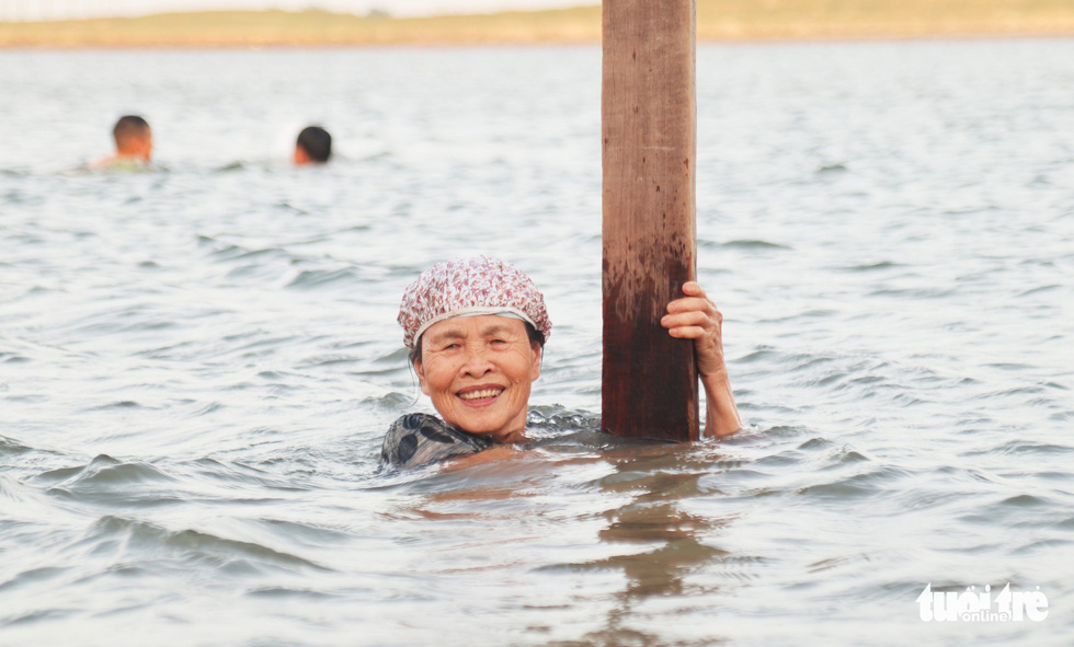 Cụ ông, cụ bà mang phao ra sông Lam bơi 'giải nhiệt' - Ảnh 4.