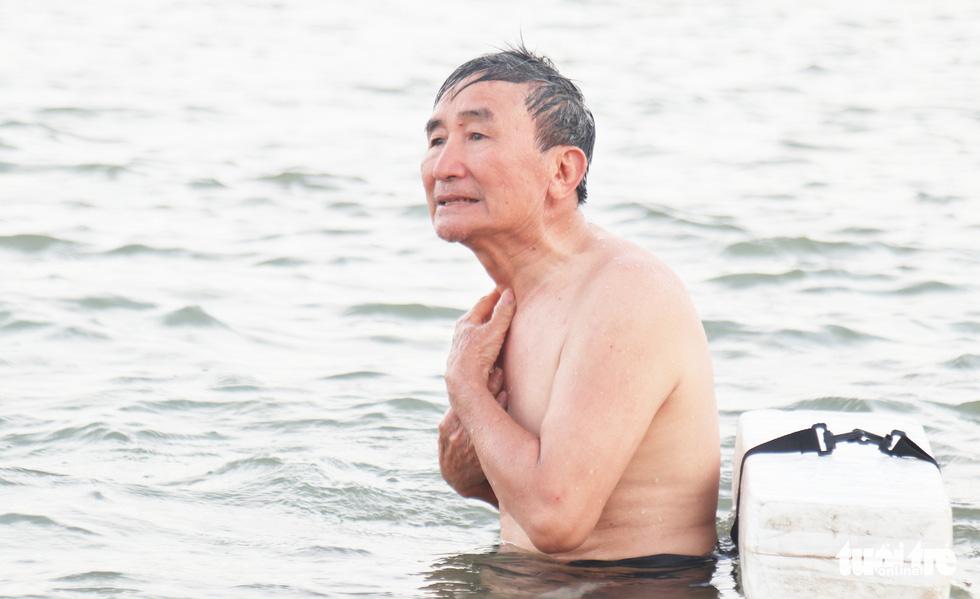 Cụ ông, cụ bà mang phao ra sông Lam bơi 'giải nhiệt' - Ảnh 5.