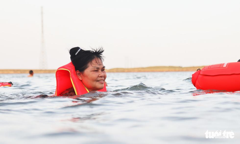Cụ ông, cụ bà mang phao ra sông Lam bơi 'giải nhiệt' - Ảnh 3.