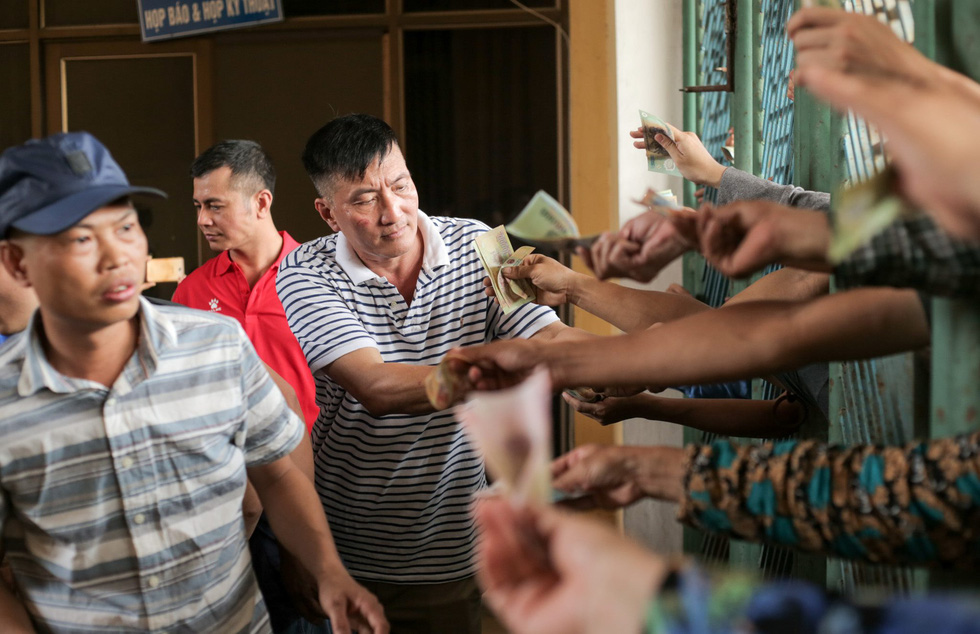 Chen lấn mua vé trận Nam Định - Hoàng Anh Gia Lai ở sân Thiên Trường - Ảnh 6.