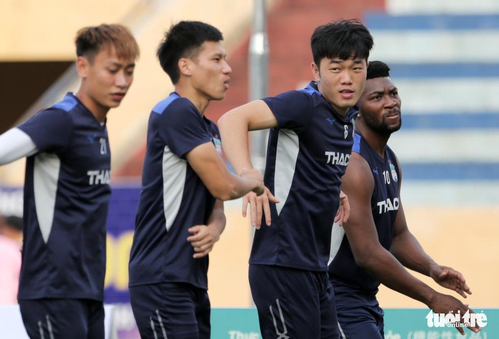 Xuân Trường bất ngờ xuất hiện, tập cùng HAGL trước trận gặp Nam Định - Ảnh 2.