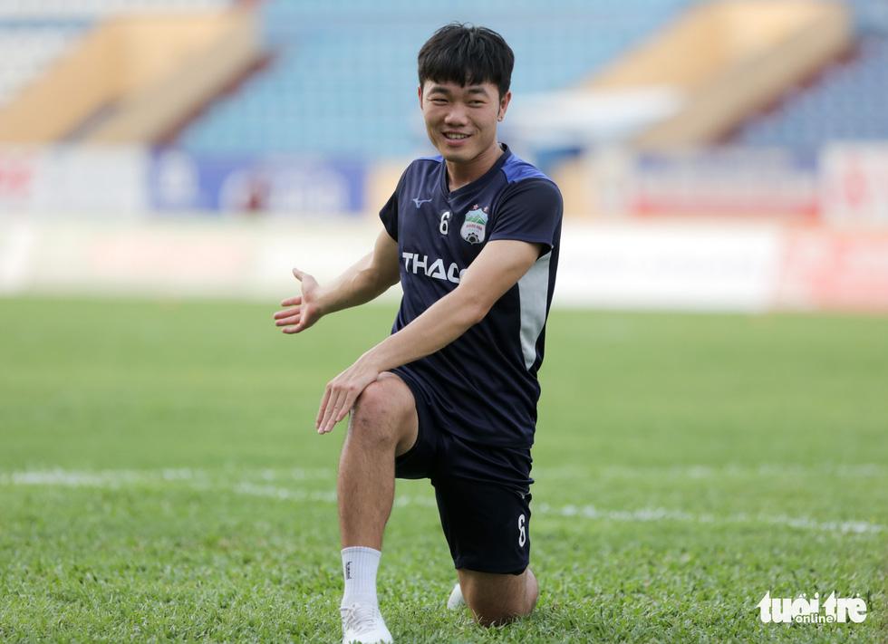 Xuân Trường bất ngờ xuất hiện, tập cùng HAGL trước trận gặp Nam Định - Ảnh 1.