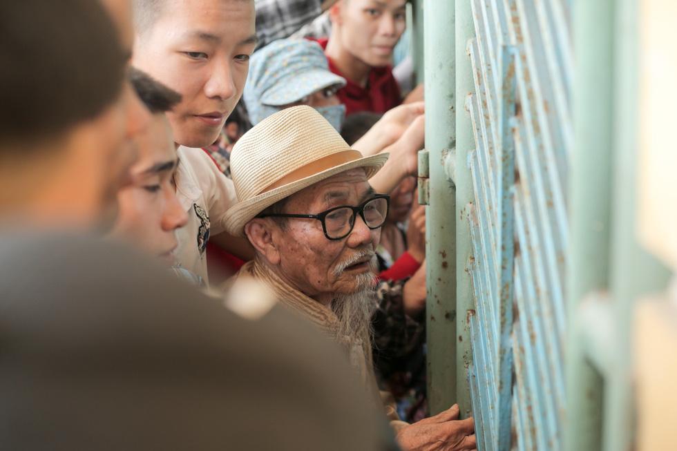 Chen lấn mua vé trận Nam Định - Hoàng Anh Gia Lai ở sân Thiên Trường - Ảnh 4.