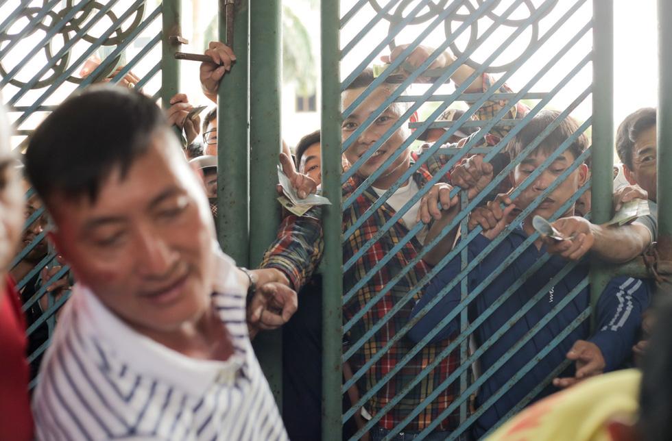 Chen lấn mua vé trận Nam Định - Hoàng Anh Gia Lai ở sân Thiên Trường - Ảnh 3.