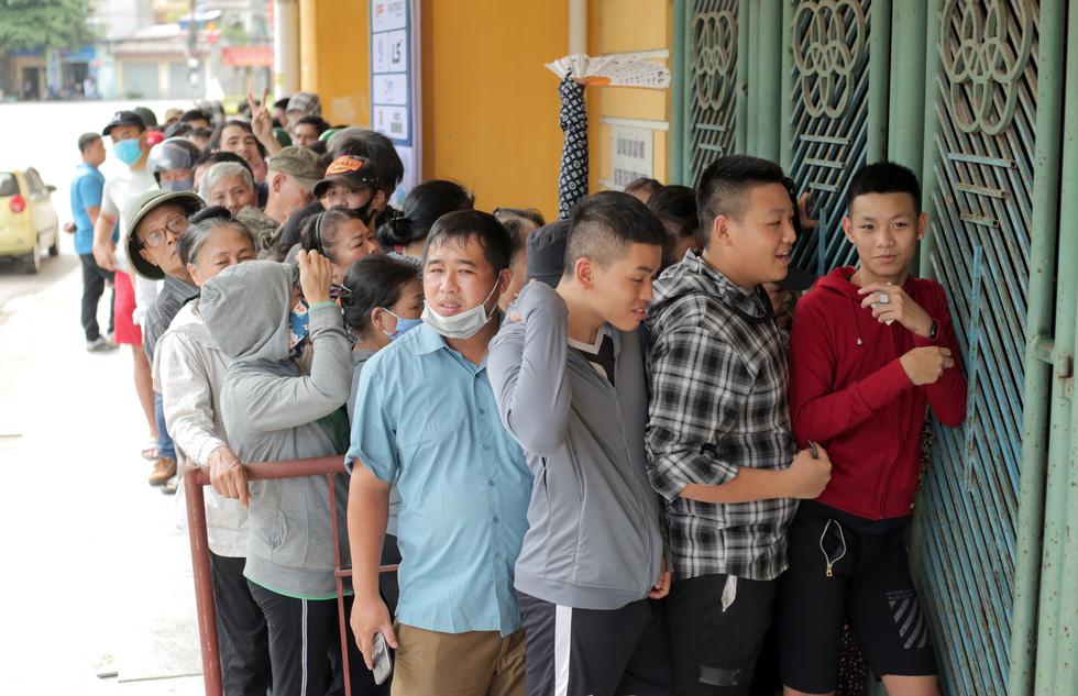 Chen lấn mua vé trận Nam Định - Hoàng Anh Gia Lai ở sân Thiên Trường - Ảnh 1.