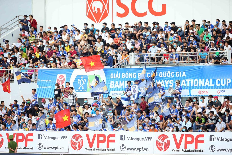 5.000 khán giả trên sân Bà Rịa - Vũng Tàu hò reo với chiến thắng đội nhà - Ảnh 1.
