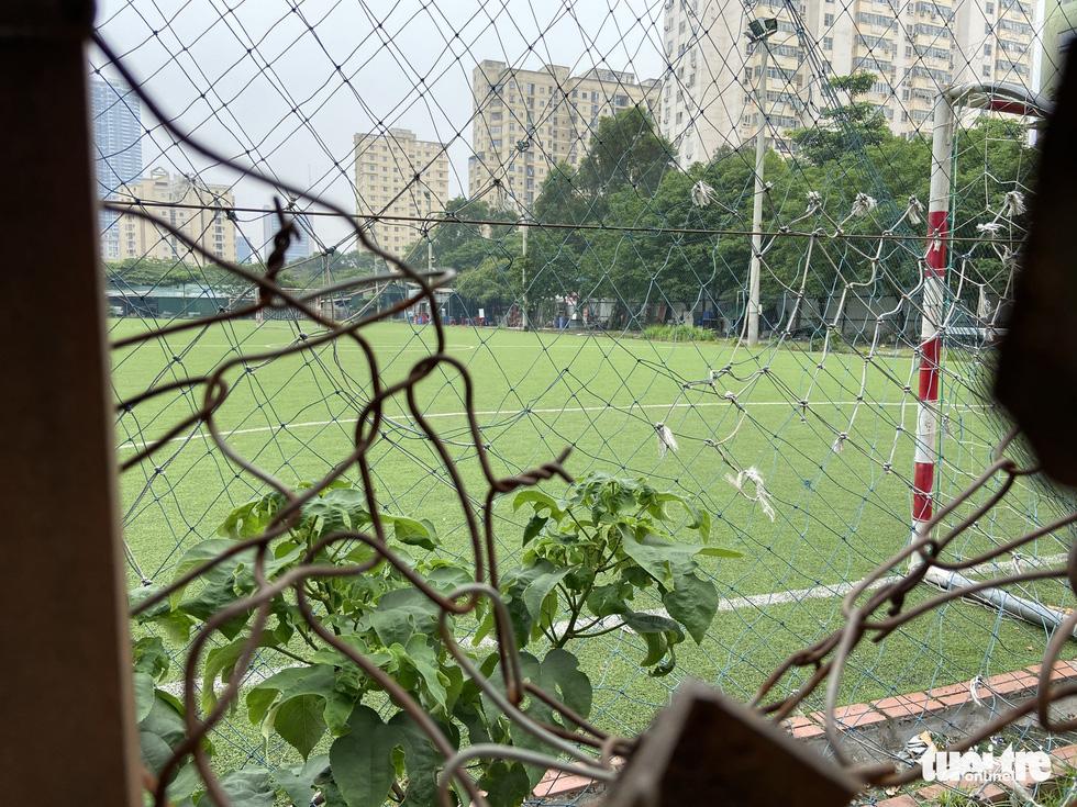Cận cảnh lô 'đất vàng' 11 năm bỏ hoang ở Hà Nội bị kiến nghị điều tra - Ảnh 1.