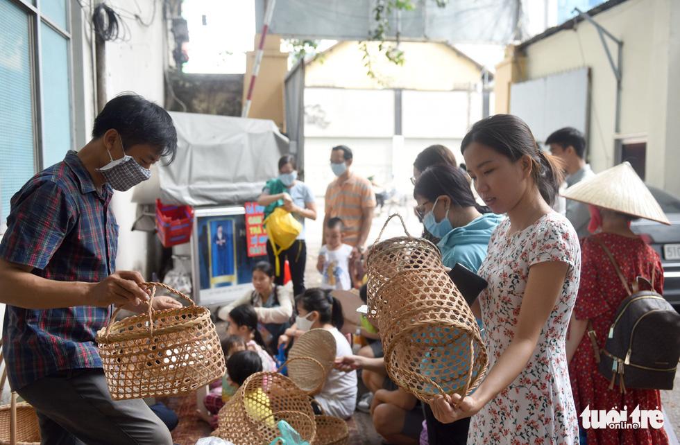 Chợ quê sáng chủ nhật đủ các món hàng dân dã hiếm có giữa trung tâm Sài Gòn - Ảnh 11.