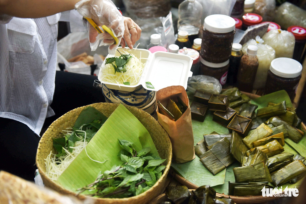 Chợ quê sáng chủ nhật đủ các món hàng dân dã hiếm có giữa trung tâm Sài Gòn - Ảnh 2.