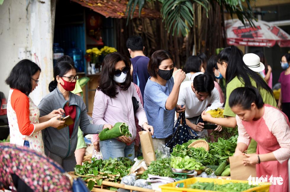 Chợ quê sáng chủ nhật đủ các món hàng dân dã hiếm có giữa trung tâm Sài Gòn - Ảnh 1.