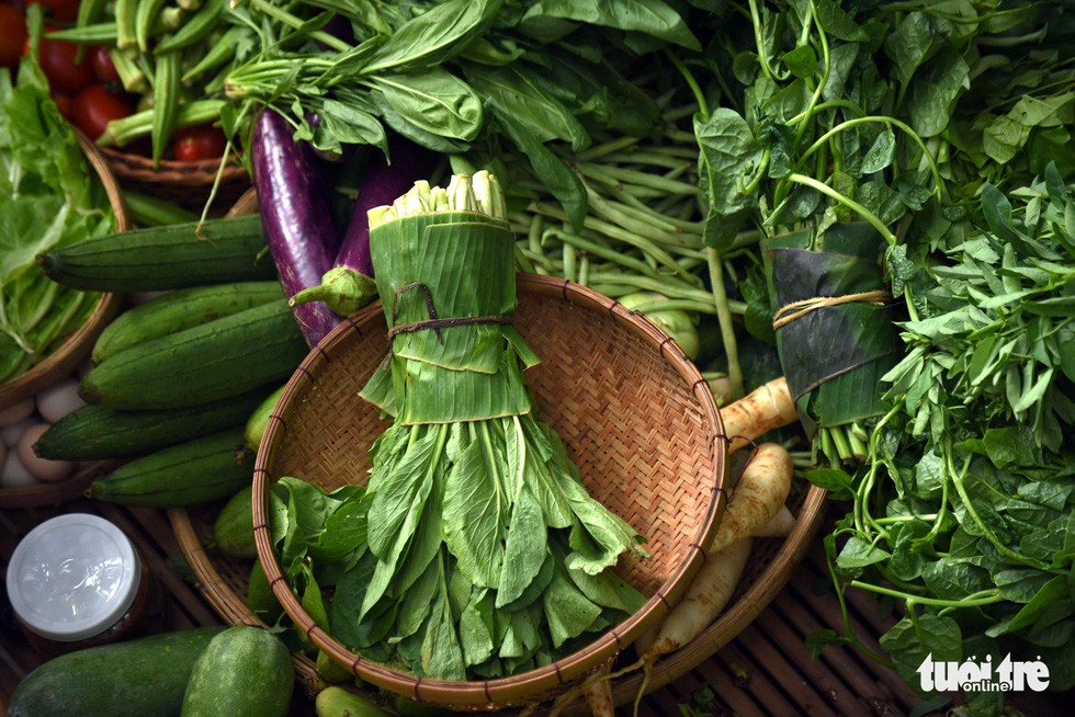 Chợ quê sáng chủ nhật đủ các món hàng dân dã hiếm có giữa trung tâm Sài Gòn - Ảnh 7.