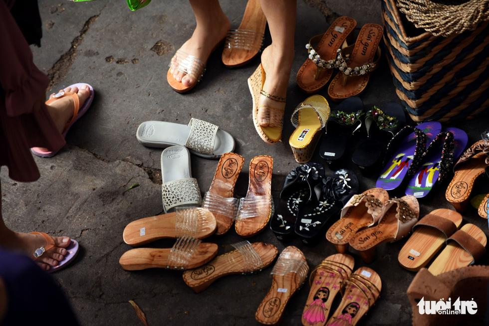 Chợ quê sáng chủ nhật đủ các món hàng dân dã hiếm có giữa trung tâm Sài Gòn - Ảnh 8.