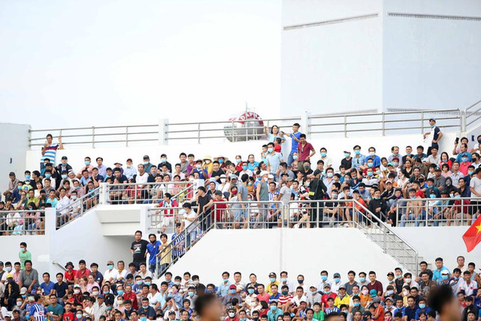 5.000 khán giả trên sân Bà Rịa - Vũng Tàu hò reo với chiến thắng đội nhà - Ảnh 3.