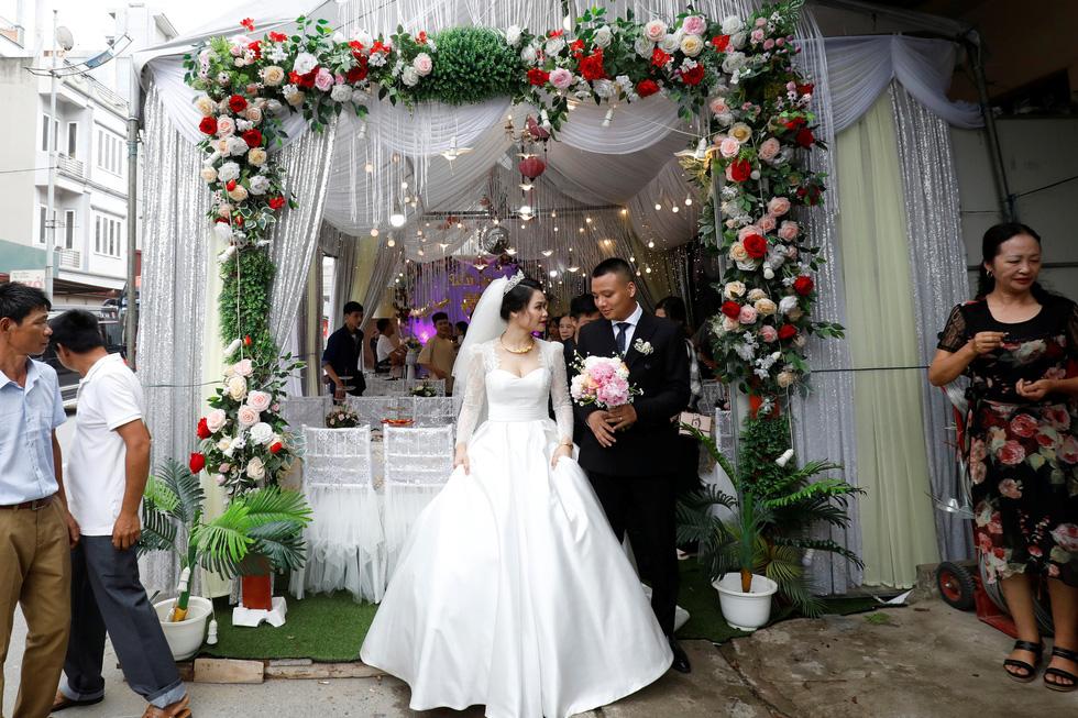 Đám cưới Việt Nam thời COVID-19 trên Hãng tin Reuters - Ảnh 2.