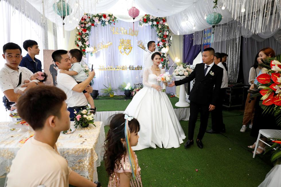 Đám cưới Việt Nam thời COVID-19 trên Hãng tin Reuters - Ảnh 3.