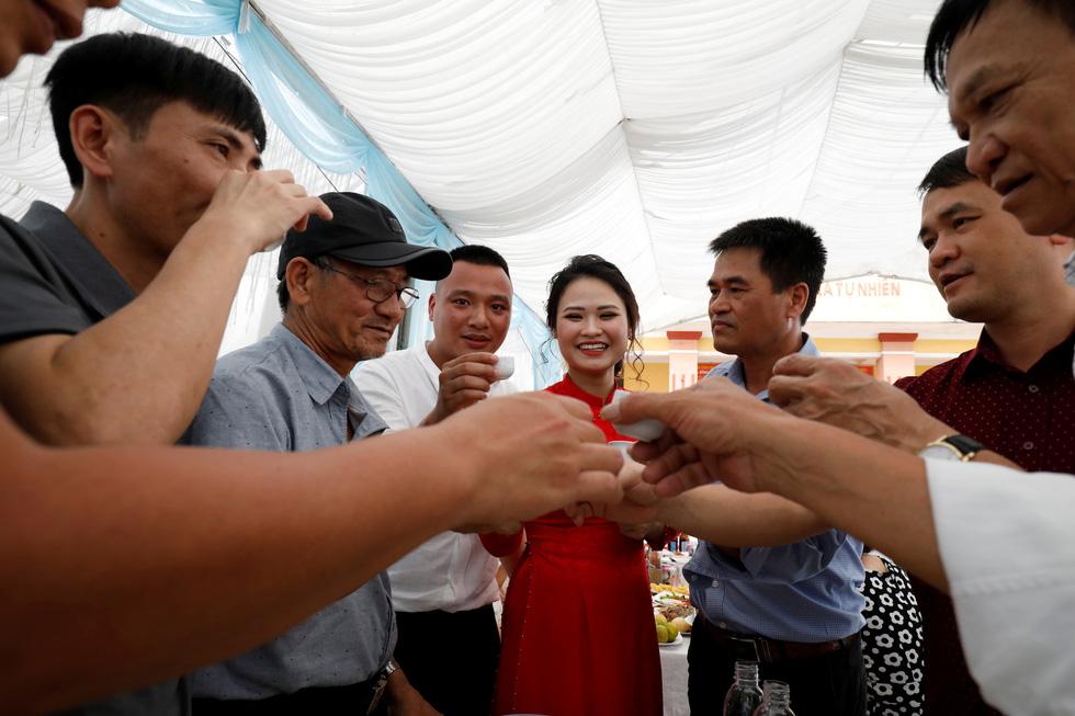 Đám cưới Việt Nam thời COVID-19 trên Hãng tin Reuters - Ảnh 9.