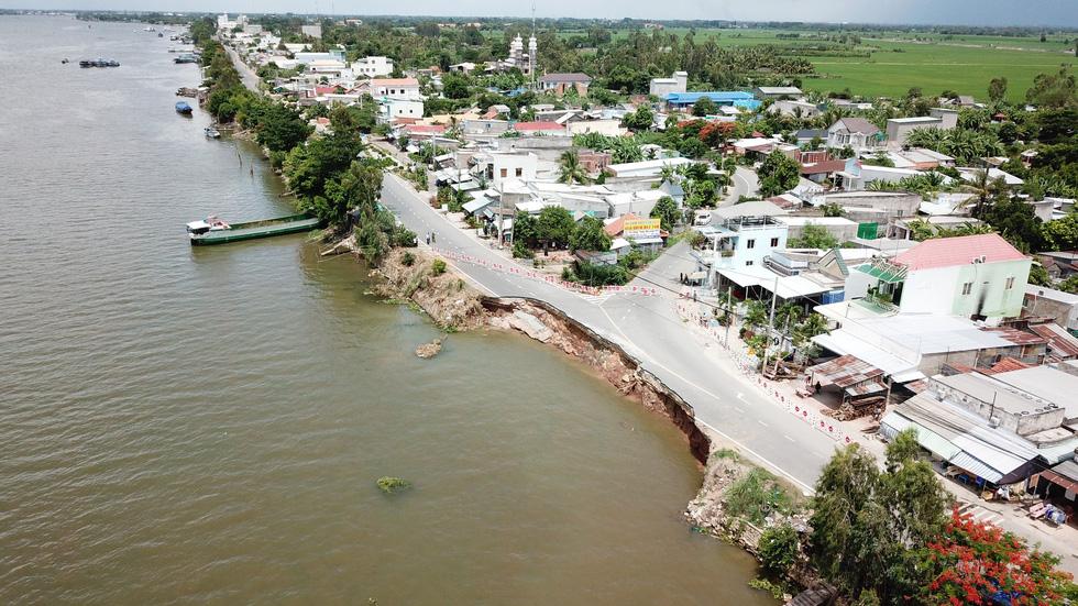 Toàn cảnh 40m quốc lộ 91 trôi xuống sông Hậu nhìn từ flycam - Ảnh 14.
