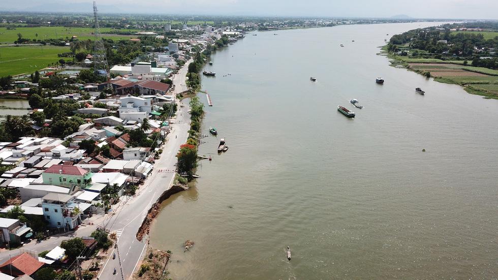 Toàn cảnh 40m quốc lộ 91 trôi xuống sông Hậu nhìn từ flycam - Ảnh 5.