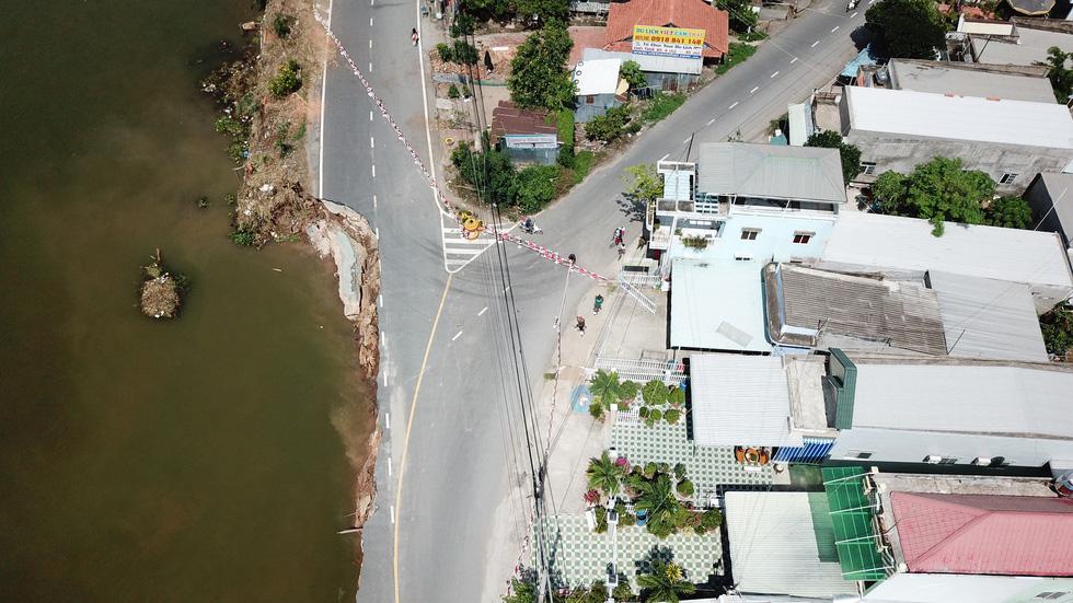 Toàn cảnh 40m quốc lộ 91 trôi xuống sông Hậu nhìn từ flycam - Ảnh 3.