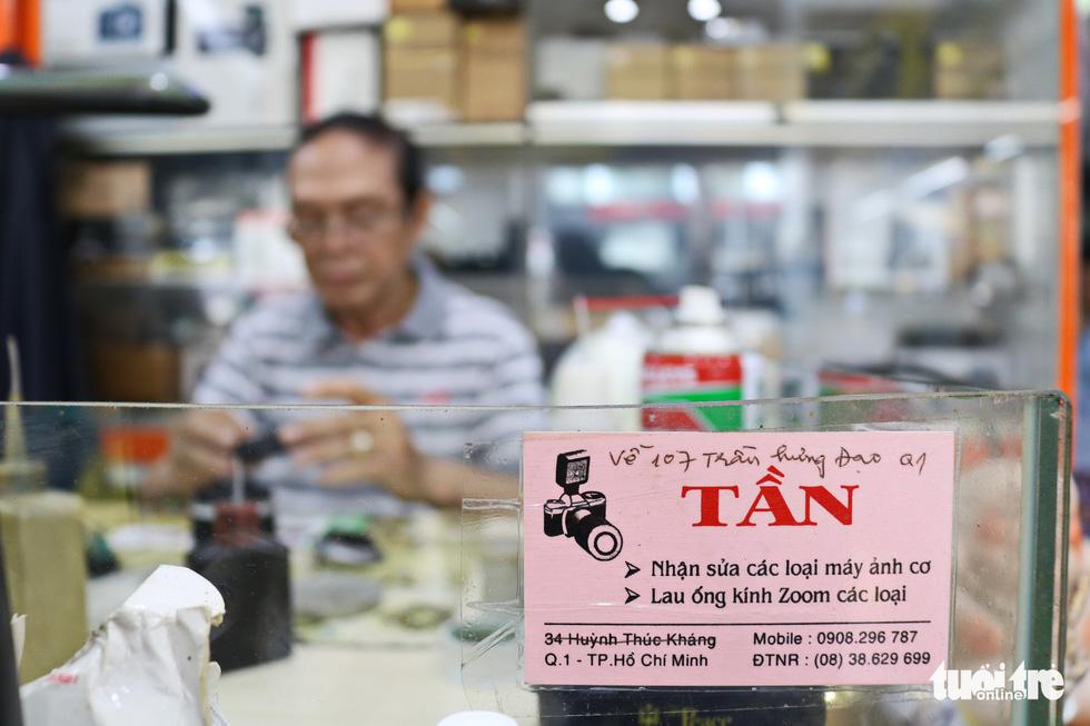Gần nửa thế kỷ 'chữa bệnh' cho máy ảnh phim ở Sài Gòn - Ảnh 3.