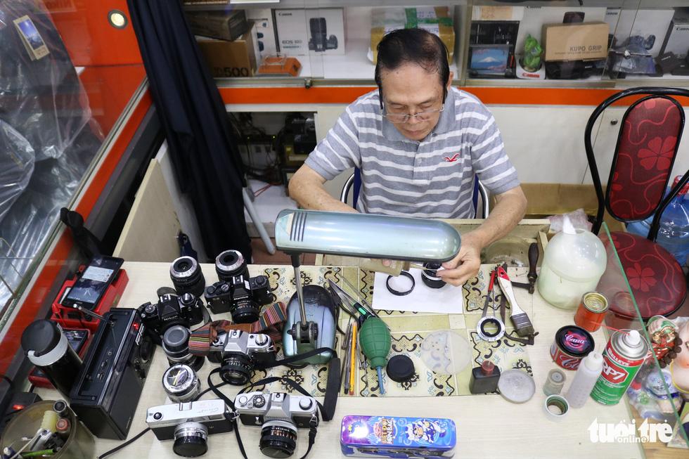 Gần nửa thế kỷ 'chữa bệnh' cho máy ảnh phim ở Sài Gòn - Ảnh 4.