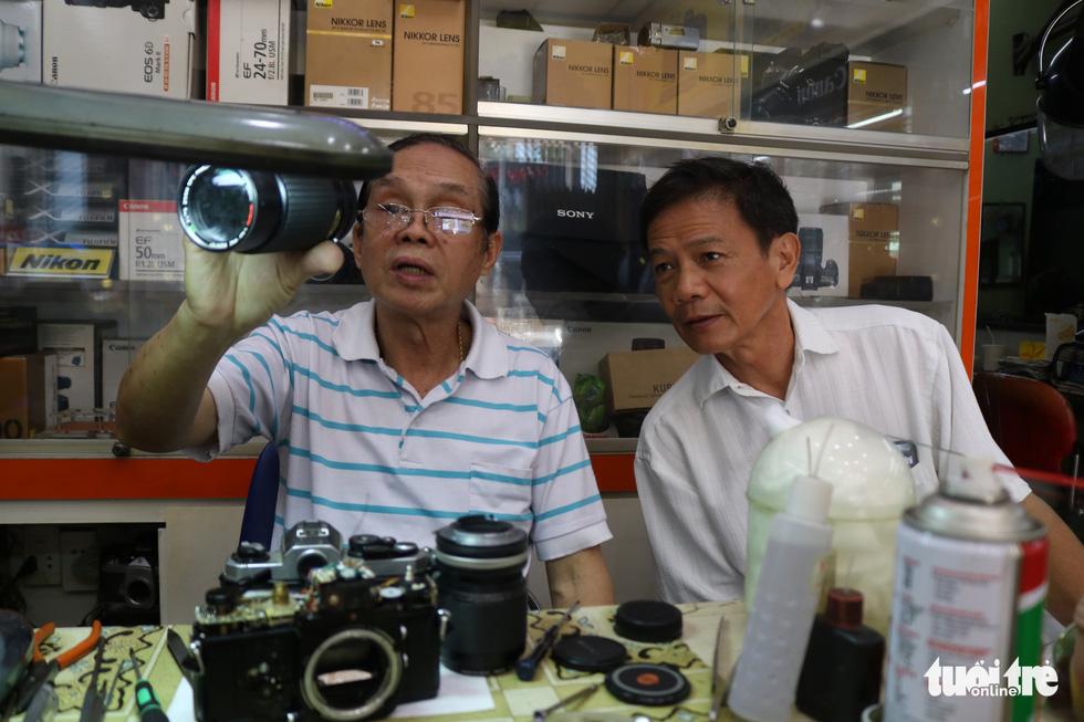 Gần nửa thế kỷ 'chữa bệnh' cho máy ảnh phim ở Sài Gòn - Ảnh 2.