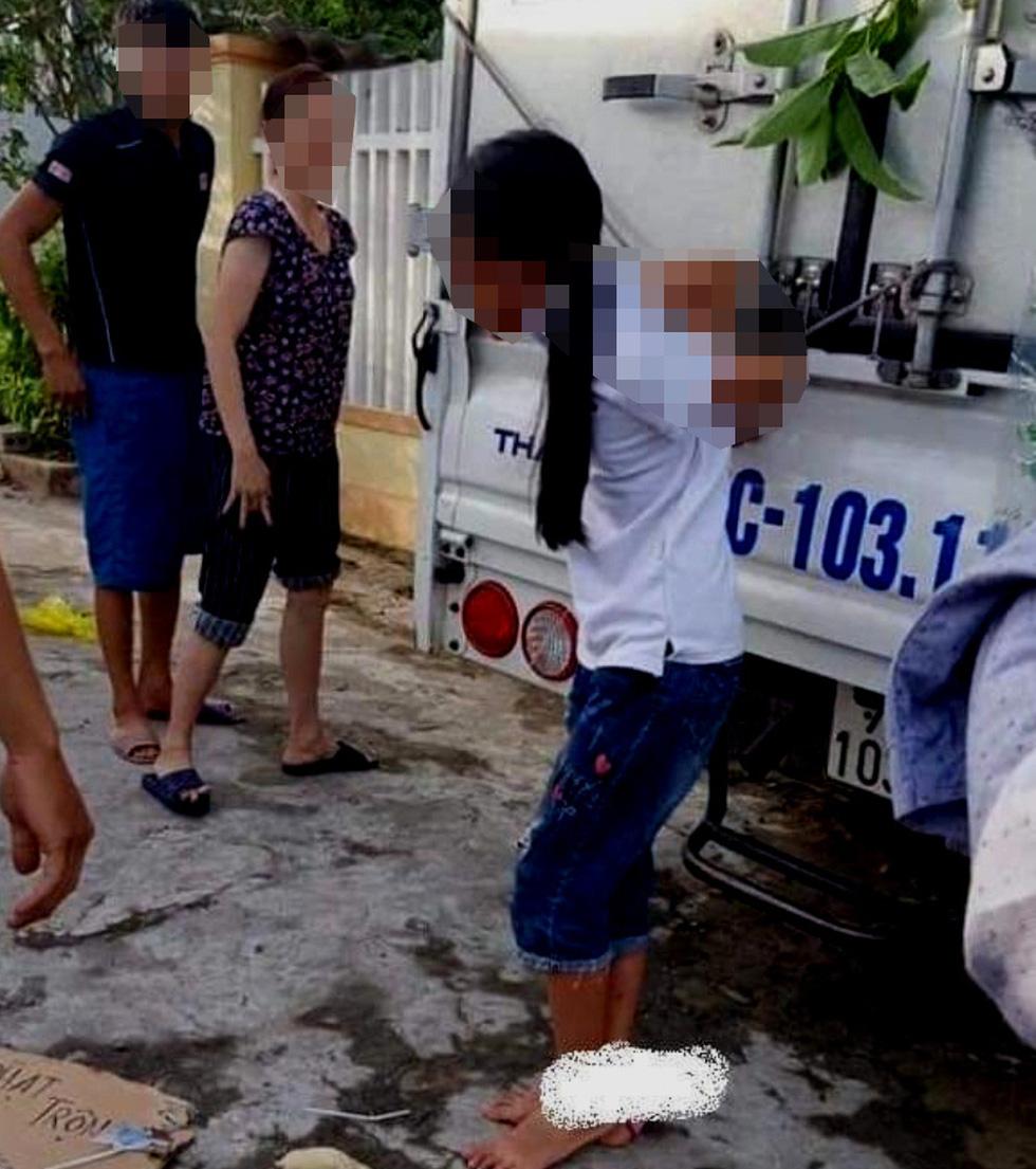 Bé gái 11 tuổi bị mẹ, ông ngoại trói sau xe tải, bêu ngoài đường vì nghi trộm tiền - Ảnh 1.
