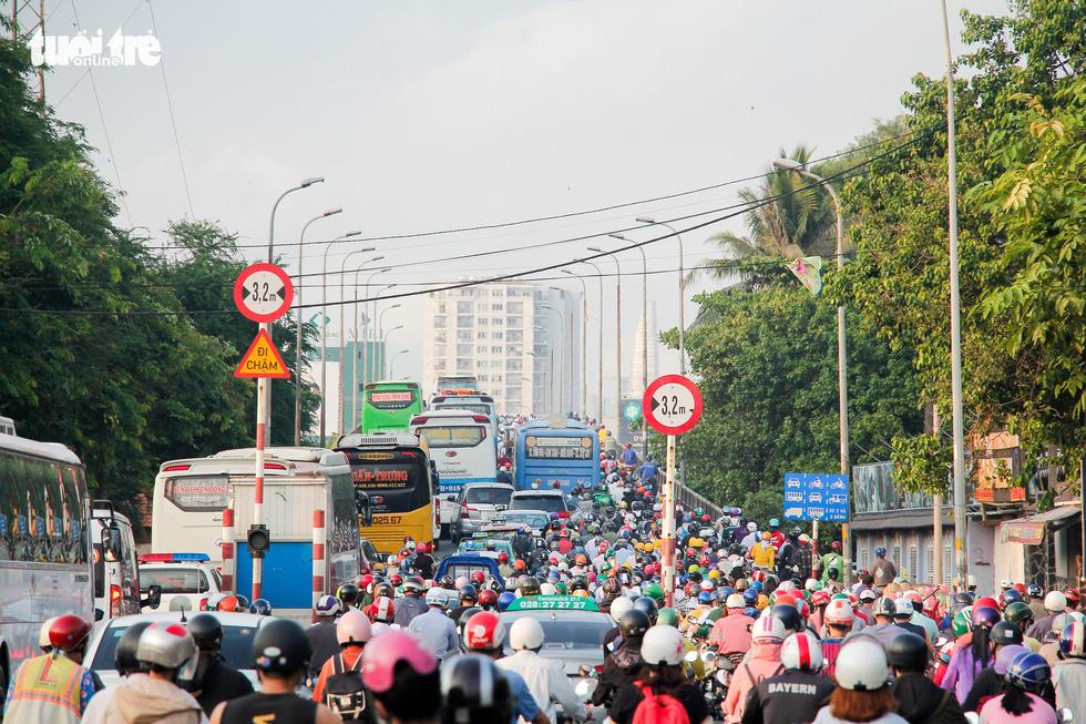 Xe cộ chen cứng quanh bến xe Miền Đông ngày đầu tuần - Ảnh 8.