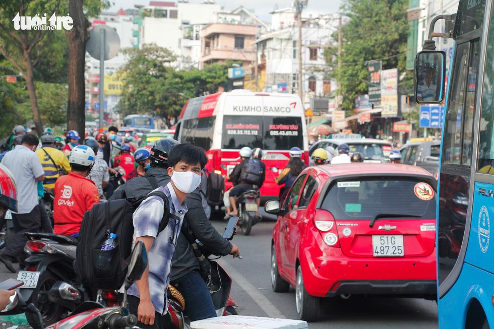 Xe cộ chen cứng quanh bến xe Miền Đông ngày đầu tuần - Ảnh 4.