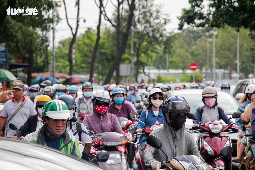 Xe cộ chen cứng quanh bến xe Miền Đông ngày đầu tuần - Ảnh 6.