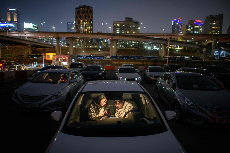Rạp chiếu ngoài trời - ngồi trong ôtô riêng xem phim gây sốt thời dịch COVID-19 - Ảnh 8.