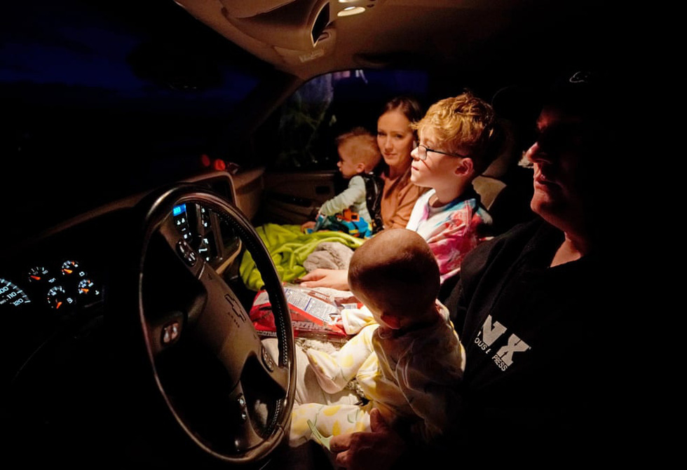 Rạp chiếu ngoài trời - ngồi trong ôtô riêng xem phim gây sốt thời dịch COVID-19 - Ảnh 3.