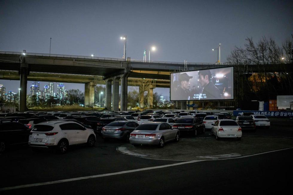 Rạp chiếu ngoài trời - ngồi trong ôtô riêng xem phim gây sốt thời dịch COVID-19 - Ảnh 9.