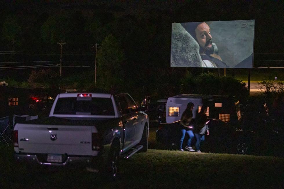 Rạp chiếu ngoài trời - ngồi trong ôtô riêng xem phim gây sốt thời dịch COVID-19 - Ảnh 10.