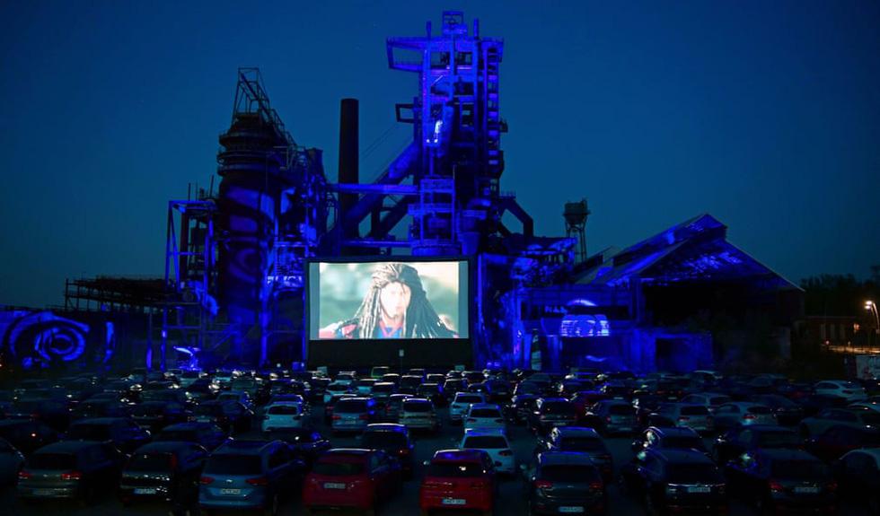 Rạp chiếu ngoài trời - ngồi trong ôtô riêng xem phim gây sốt thời dịch COVID-19 - Ảnh 12.