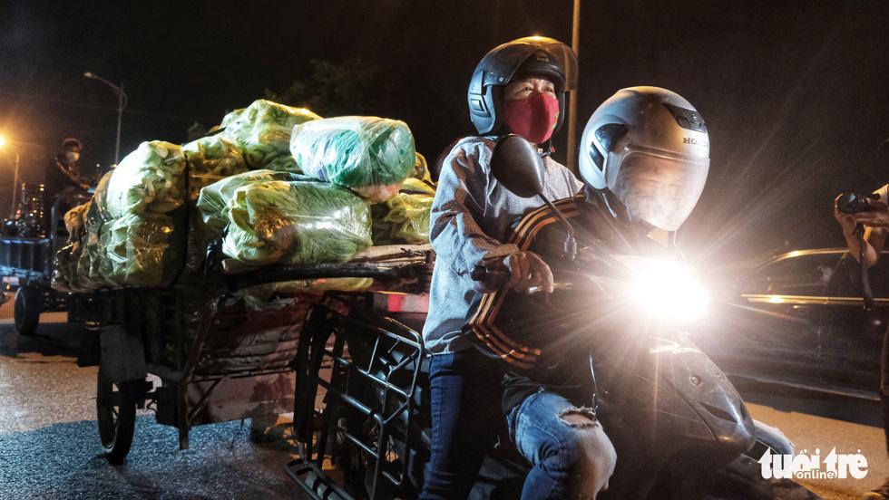 Hạ Lôi giây phút gỡ lệnh cách ly: Người dân chở hoa lên chợ bán - Ảnh 1.