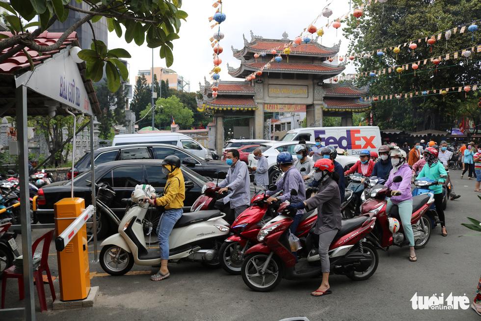 Người dân Sài Gòn xếp hàng, đeo khẩu trang dưới trời nắng nóng chờ lễ Phật - Ảnh 6.