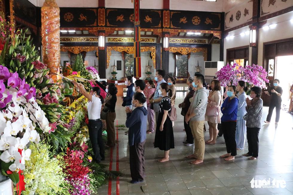 Người dân Sài Gòn xếp hàng, đeo khẩu trang dưới trời nắng nóng chờ lễ Phật - Ảnh 7.