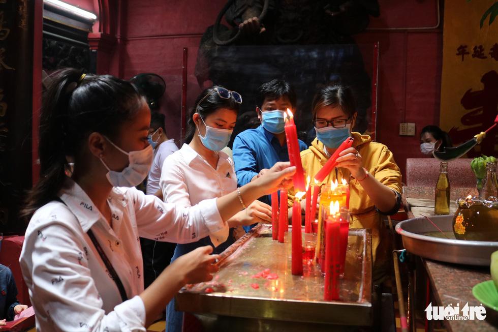 Người dân Sài Gòn xếp hàng, đeo khẩu trang dưới trời nắng nóng chờ lễ Phật - Ảnh 5.