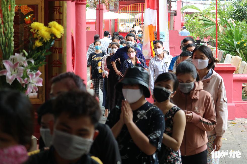 Người dân Sài Gòn xếp hàng, đeo khẩu trang dưới trời nắng nóng chờ lễ Phật - Ảnh 1.