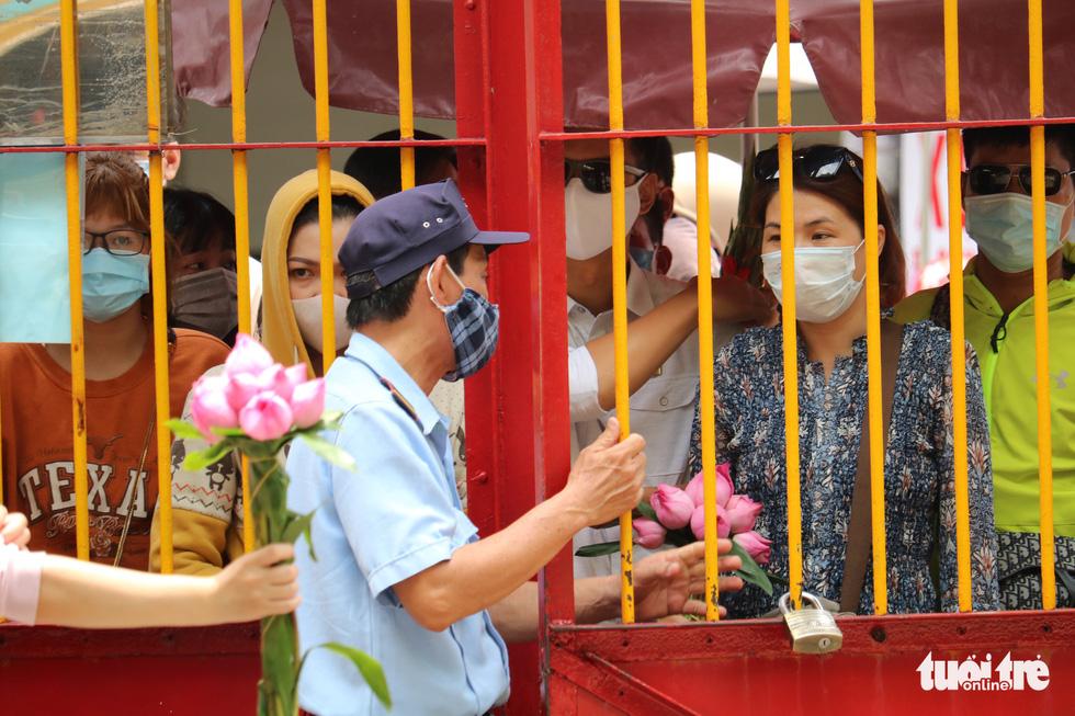 Người dân Sài Gòn xếp hàng, đeo khẩu trang dưới trời nắng nóng chờ lễ Phật - Ảnh 3.