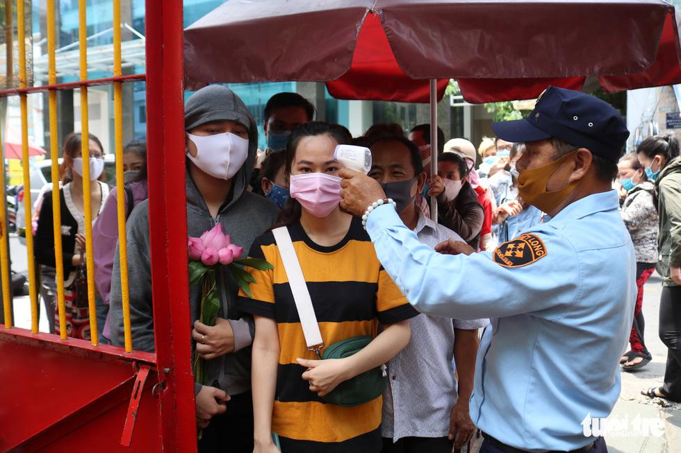 Người dân Sài Gòn xếp hàng, đeo khẩu trang dưới trời nắng nóng chờ lễ Phật - Ảnh 4.